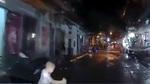 Đột ngột chạy sang đường, bé trai suýt nằm dưới gầm ô tô