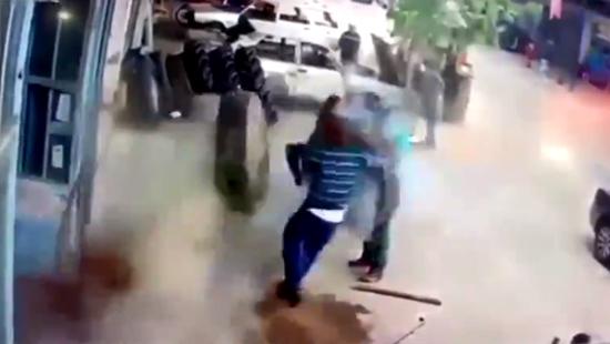 Lốp ô tô bất ngờ phát nổ thổi bay người đàn ông lực lưỡng