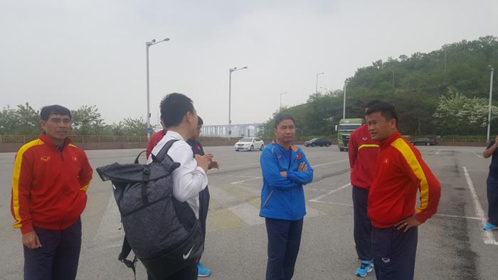 Đổ bộ Hàn Quốc, U20 Việt Nam phải thuê xe bus về khách sạn