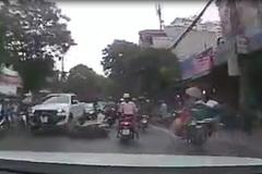 Người phụ nữ lái xe bon chen nhận ngay hậu quả