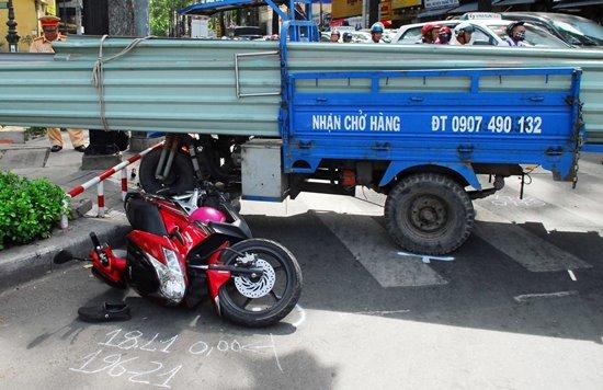 Xe ba gác chở tôn cứa 2 người nhập viện ở Sài Gòn