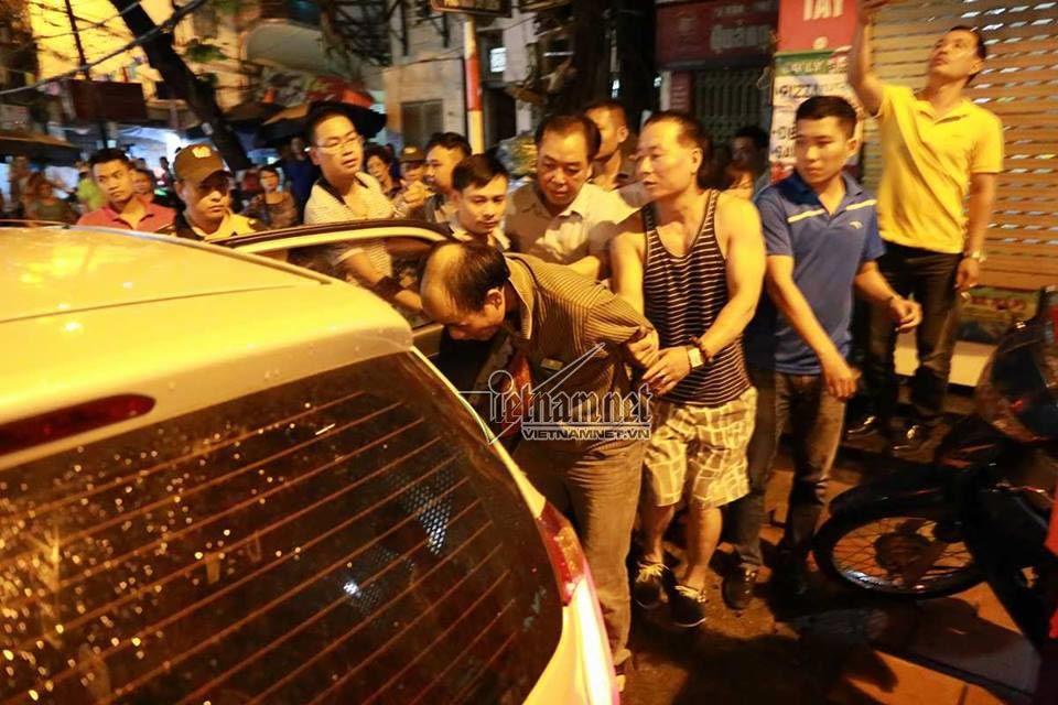 Hà Nội: Công an bao vây kẻ đâm người cố thủ trong nhà