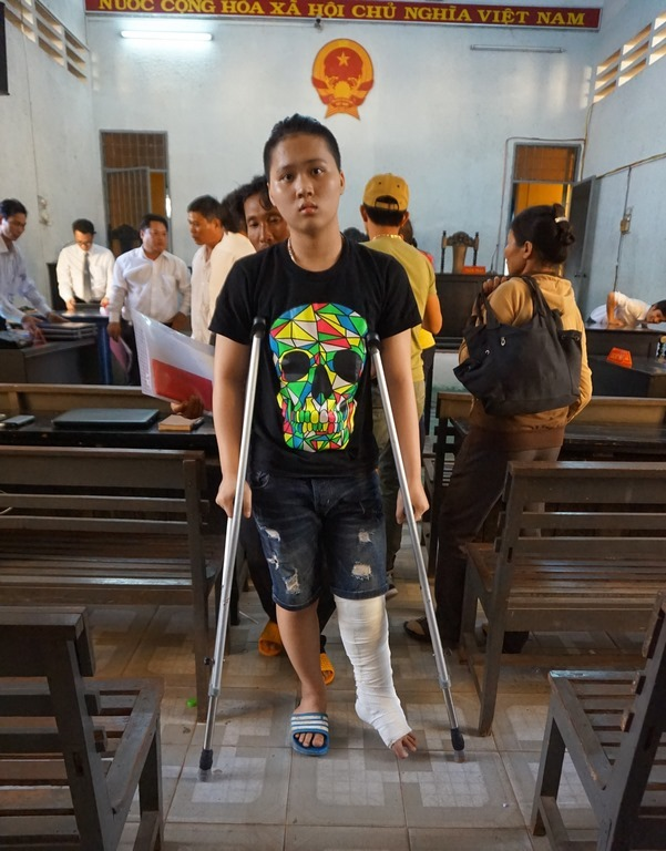 Người nhà bị hại rượt luật sư bị cáo chạy náo loạn sân tòa