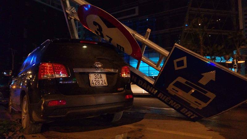 Hà Nội: Xế hộp mất lái đâm đổ cột biển BRT