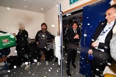 Conte bị học trò phụt sâm-panh, đổ cả xô nước lên đầu