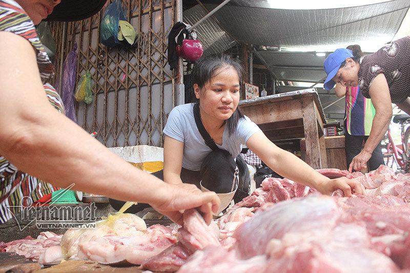 Bán thịt lợn rẻ bị hắt dầu luyn: Ác vì miếng ăn