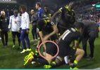 Hành động kỳ quặc của Costa với Terry lúc ăn mừng chức vô địch