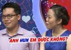 Nữ phiên dịch đòi bạn trai hôn mình trên sân khấu khiến MC 'tá hỏa'