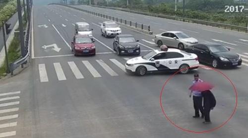 Cảnh sát dừng xe chắn ngang đường và hành động bất ngờ gây sốt