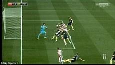 """Xem sếu vườn Crouch xé lưới Arsenal kiểu """"bàn tay của Chúa"""""""