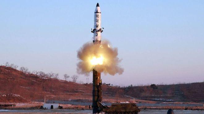 Tên lửa Triều Tiên bay cao hơn 2.000km