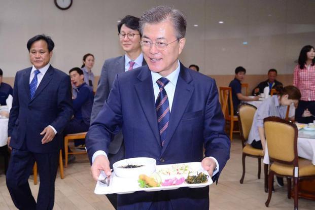 Tổng thống Hàn ăn cùng nhân viên ở căng-tin