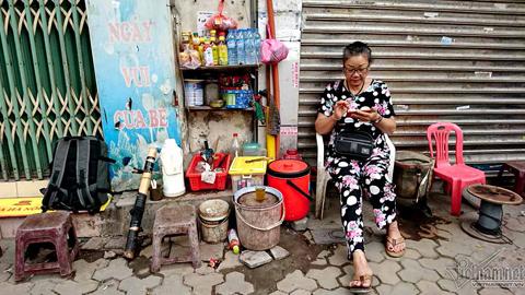 Hà Nội: Bà cháo sườn, ông trà đá nép vỉa hè mưu sinh