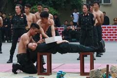 Học viên cảnh sát đỡ dao bằng bụng, dùng yết hầu đẩy thương nhọn