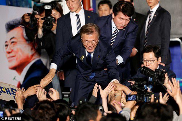 Chàng vệ sĩ đẹp trai luôn theo sát tân Tổng thống Hàn