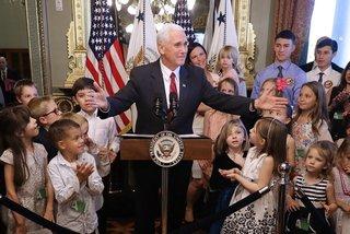 Cậu bé đề nghị Phó Tổng thống xin lỗi vì đập tay vào mặt mình