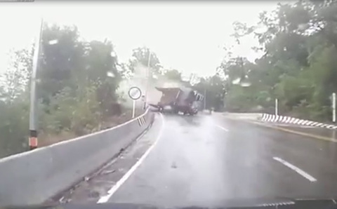 Ô tô tải lật ngang, suýt nghiền nát người đi xe máy