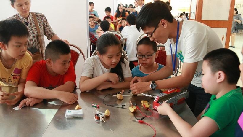 Học sinh tạo ra điện từ thức ăn, chơi nhạc cụ với trái cây