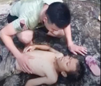 Video: Chiến sĩ công an trẻ cứu sống bé trai đuối nước khi nhảy thác