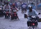 Mưa như trút hơn 2 giờ, đường Sài Gòn ngập nặng