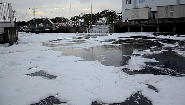bọt trắng, kênh Tàu Hủ, mưa lớn, hiện tượng lạ, ô nhiễm môi trường, sài gòn