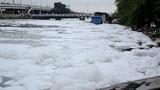 Kênh Tàu Hủ biến thành sông 'băng', người dân lo ô nhiễm