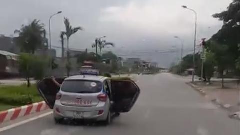 Sự thật taxi mở bung 2 cửa lao vun vút trên đường