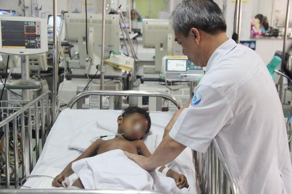 Ca chuyển viện xuyên biên giới và tấm lòng bác sĩ Việt