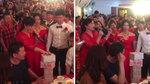 Cô dâu chú rể được mừng hàng cọc tiền giữa hôn trường
