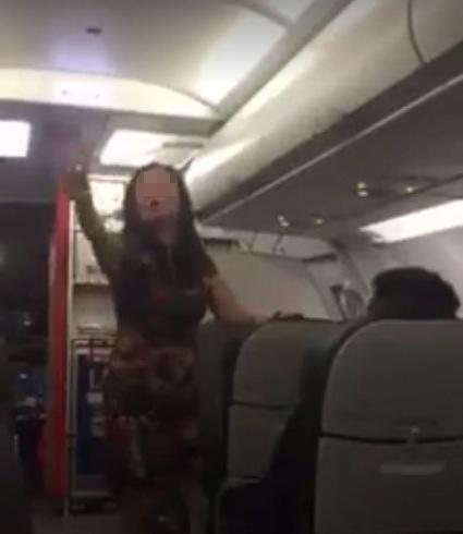 Cấm bay 12 tháng nữ khách chửi thề, gây sự trên máy bay