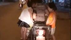 Kiểu chở con 'thí mạng' trên xe máy của bố mẹ Việt