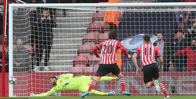 Romero hóa người nhện, MU 'hút chết' trước Southampton