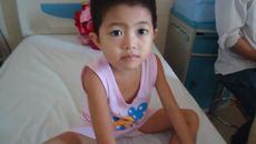 Bố mẹ nghèo, con gái nguy kịch vì không có tiền xạ trị