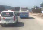Mặc xe cứu thương hú còi xin vượt, xe du lịch quyết không nhường đường