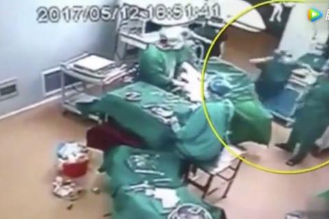 Nhân viên y tế choảng nhau ngay trong phòng mổ