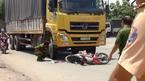 Đôi vợ chồng bị xe tải cuốn vào gầm, kéo lê 20m ở Sài Gòn