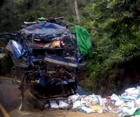 Xe tải lao vách núi, 2 người chết tại chỗ