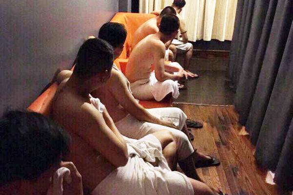 Phá ổ mại dâm nam ở trung tâm Sài Gòn
