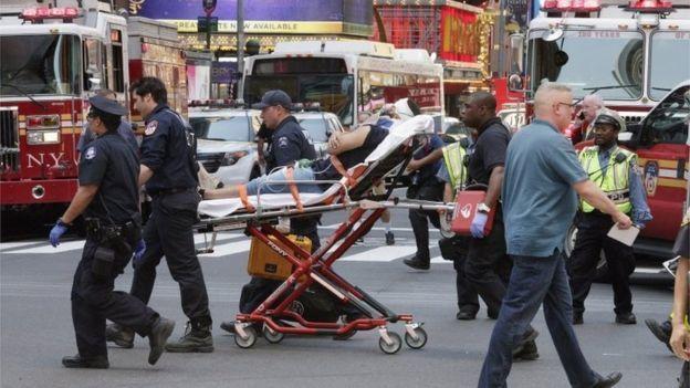 Xe đâm vào Quảng trường Thời đại ở Mỹ, một người chết