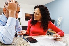 Chồng càng nộp hết lương cho vợ, gia đình càng hạnh phúc?