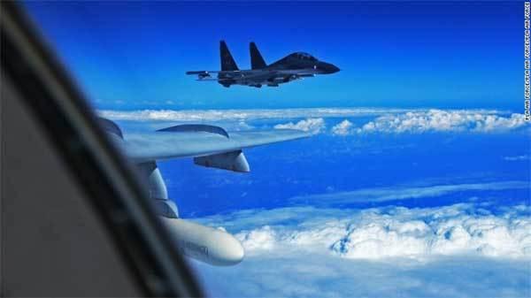 Hai chiến đấu cơ Trung Quốc 'cắt mặt' máy bay Mỹ