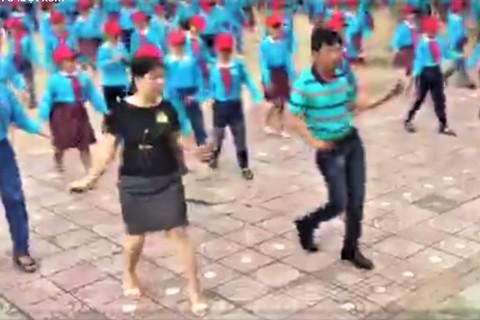 Thầy cô giáo nhảy cùng học sinh tiểu học đầy ấn tượng - ảnh 2
