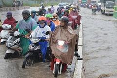 Người Sài Gòn khốn đốn vượt qua con đường biến thành sông