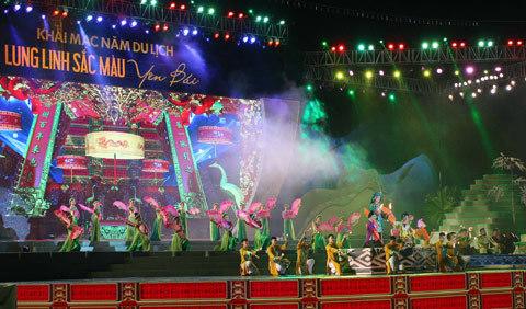 Yên Bái: Đội mưa đi khai mạc festival Năm du lịch Tây Bắc