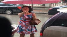Đỗ ô tô chắn cửa hàng bị nhắc, người phụ nữ còn chỉ mặt quát lại