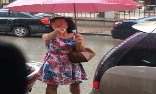 Đỗ ô tô chắn lối cửa hàng bị nhắc nhở, người phụ nữ còn chỉ mặt, quát lại