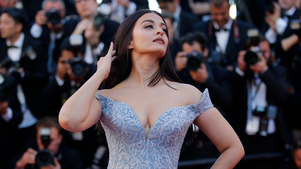 Hoa hậu đẹp nhất mọi thời đại gợi cảm trên thảm đỏ ở tuổi 44