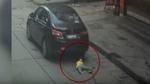 Khoảnh khắc đáng sợ bé gái thoát chết dưới gầm ô tô