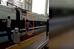 Kẹt tay trên cửa tàu điện đúng lúc tàu tăng tốc rời bến