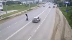 Thanh niên thả tay chạy xe và cái kết cho kẻ thích thể hiện